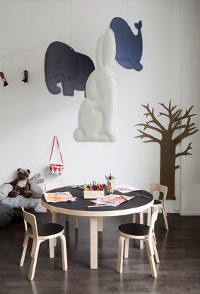 LEIKKILÄ. Muuttaisiko lastentilaan suuri valas, viisi pientä ankkaa, marssivat elefantit vai koko Leikkilän hahmokaarti? Leikkilän lystikkäät hahmot tuovat lastentiloihin tunnelmaa ja muistuttavat lapsia tutuista saduista, loruista ja lauluista. Hahmot voi ripustaa kattoon tai seinälle ja vaikkapa pöydän tai tarinanurkkauksen päälle: akustisesti tehokkaimmalle paikalle. #yeseco #akustiikka #akustiikkapaneeli #design #sisustus