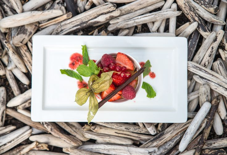 Klasiskais vaniļas brilē krēms ar sezonas ogām  Classic vanilla crème brûlée with seasonal berries