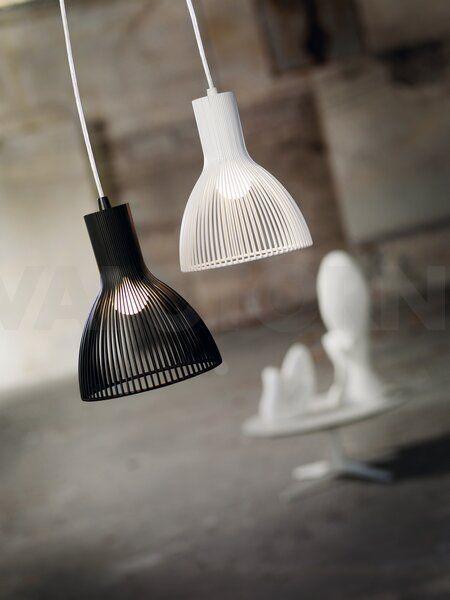 Nordlux Emition on saatavilla sekä mustana että valkoisena. Valo siivilöityy kauniisti varjostimen läpi.