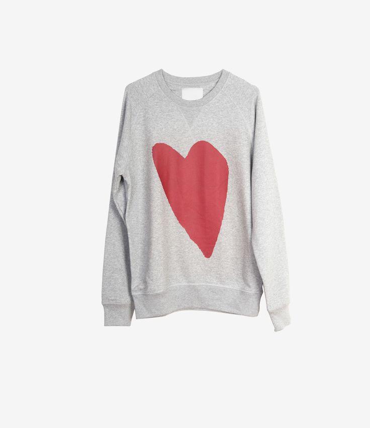 Deze harttrui van Real Fake heeft een raglan mouw en is een boyfriend fit. Dat betekent dat de trui oversized hoort te vallen en lekker slouchy gedragen mag worden.  Maatadvies: De trui valt normaal maar voor het oversized effect raden wij een maat groter aan. Heb je hier vragen over? Bel ons dan gerust even voor advies:+31 20 362 07 84