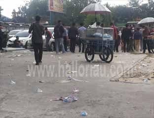 Pendemo Kompak Tinggalkan Sampah di DPRD Pekanbaru