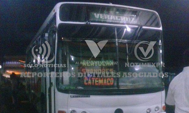 Asaltan camión de pasajeros a la altura de la desviación de Oteapan - http://www.esnoticiaveracruz.com/asaltan-camion-de-pasajeros-a-la-altura-de-la-desviacion-de-oteapan/