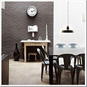 I mattoni possono essere lasciati a vista e dipinti in modo più o meno grezzo per uno stile più industriale.  Una sola parete di mattoni a vista sarà in ogni caso di grande effetto e non appesantirà l'ambiente.