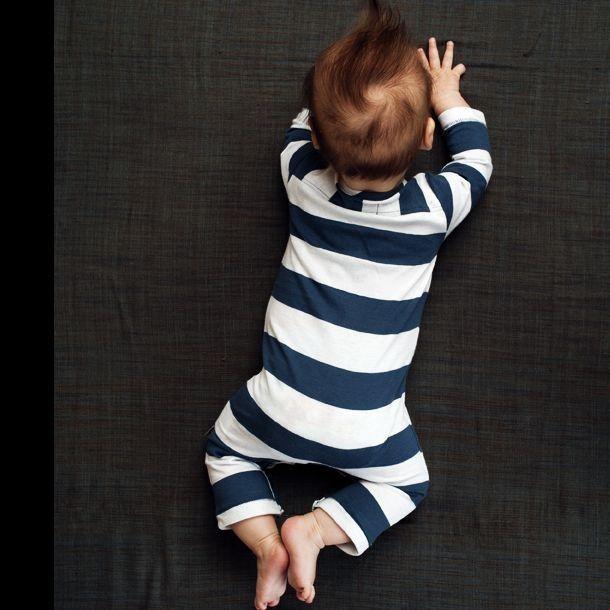 Prachtig zacht babypak van Kidscase in de kleur donkerblauw met lichtblauw. Het pakje, model Sand, heeft brede horizontale strepen en lange mouwen en pijpen. Het is van fijne licht biologisch ..
