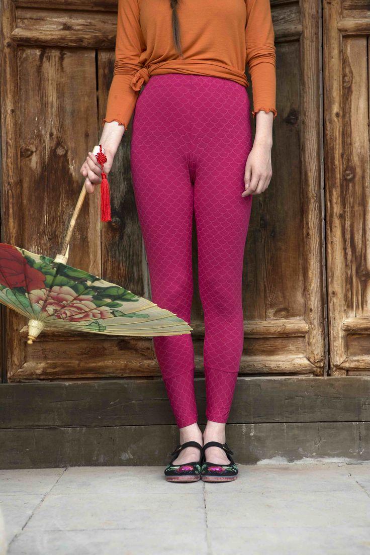 Gudrun Sjödéns Frühjahrskollektion 2015 - Die hübsche Leggings Hui aus weichem Micromodal ist mit dem kleinen Bogenmuster Hui bedruckt. Erhältlich in den Farben Kirsche, Veilchen und Salamander.