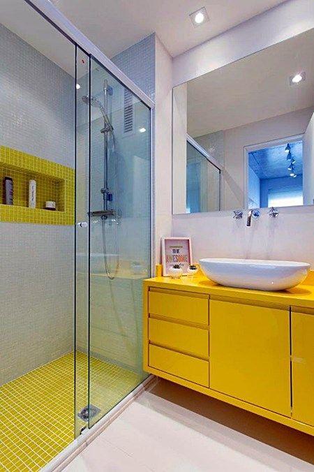 Lindo banheiro com detalhe amarelo, pastilhas amarela e cinza