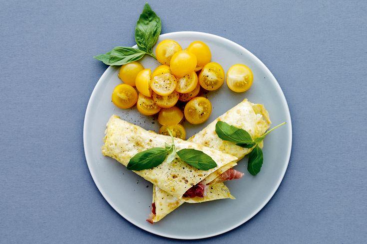 Gott, snabbt och enkelt recept som hjälper dig att få en platt mage. Äggwrap med parmaskinka och tomat funkar perfekt som lunch eller kvällsmat.