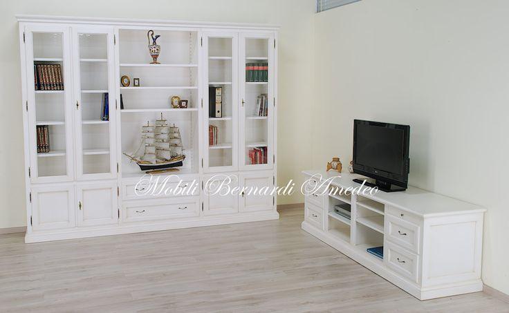 Libreria e mobile per Tv da sala, legno massello laccato bianco anticato, stile classico. Bookcase and Tv stand, lacquered solid wood, classic style, made in Italy.