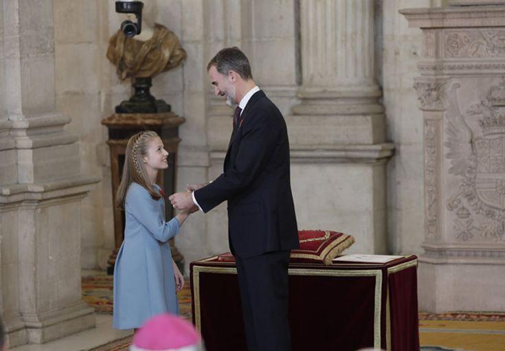 Con motivo de su 50º cumpleaños, Felipe VI ha impuesto a su hija la Insigne Orden del Toisón de Oro, la máxima condecoración de la Corona, en una solemne ceremonia cargada de simbolismo y de guiños, familiares e institucionales. Foto: Fernando Junco
