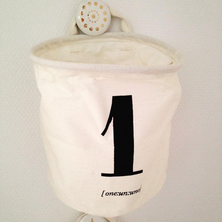 Fin opbevaringspose fra House Doctor ophængt med flot porcelænsknage fra Bloomingville.
