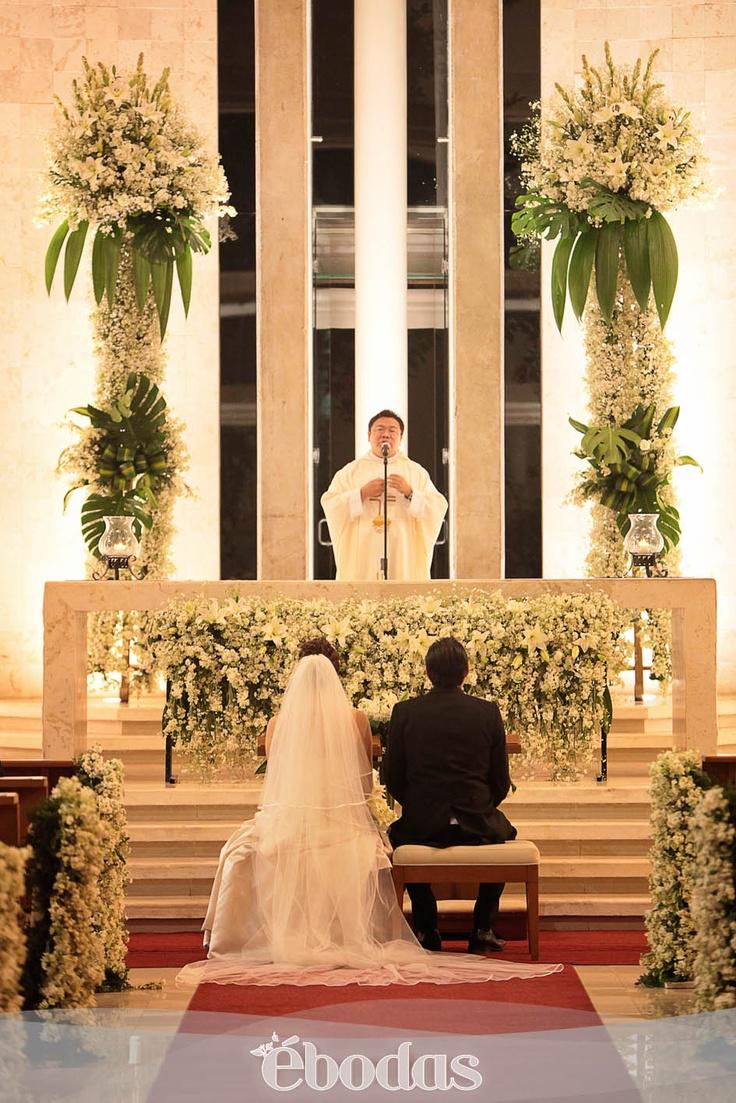 Un altar espectacular #Wedding #bride #groom...QUE SE PUEDE HACER EN UN ALTAR CON COLUMNAS DE FLORES