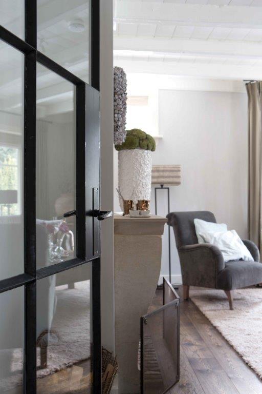 Jette, styling MET stijl.  Project Hoogsoeren. Op de muren van deze woonkamer is kalkverf in de kleur kiezel aangebracht. http://www.jette-interieur.nl