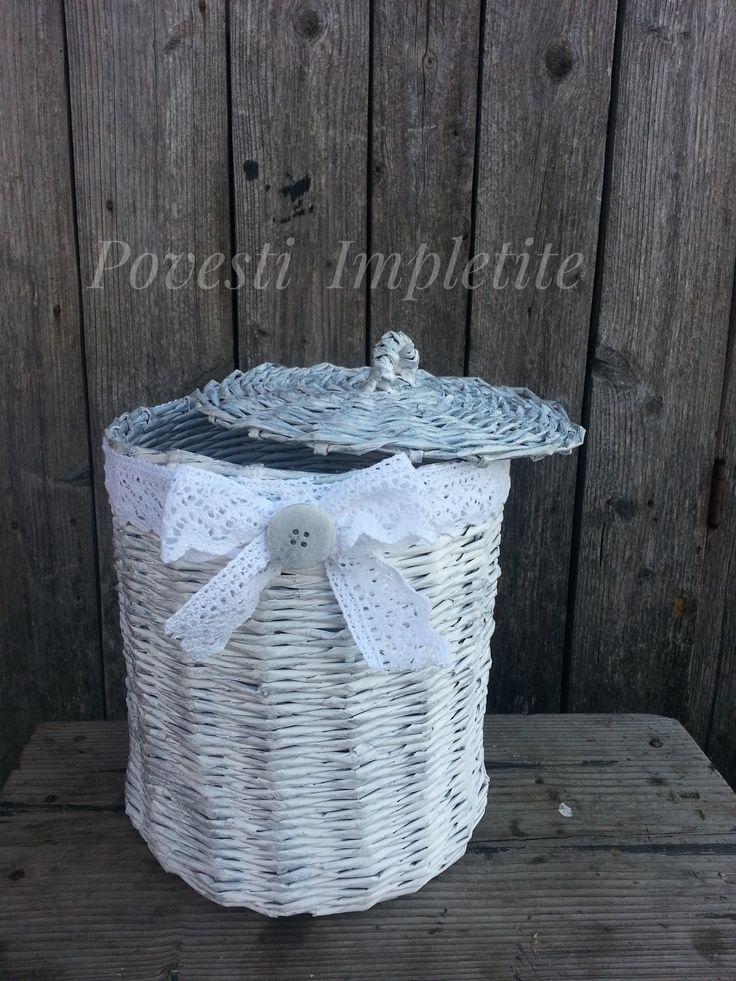 Coșuleț realizat din hârtie  reciclata , impletit ,  vopsit și  accesorizat  în totalitate  manual.