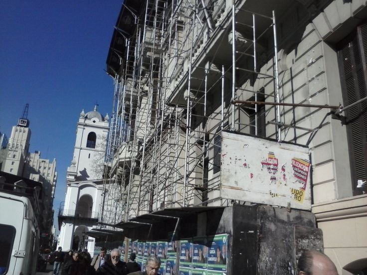 Restauración de fachada en la Jefatura de Gobierno de la Ciudad Autónoma de Buenos Aires. Insolitamente no se cumplen las medidas de seguridad, que las normas de la ciudad exigen. Bolivar entre Av. de Mayo y Rivadavia - CABA - Argentina