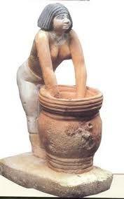 La Birraia, ca 2400 a.C. Pietra calcarea scolpita a tutto tondo dipinta, altezza 38 centimetri. Il Cairo, Museo Egizio.