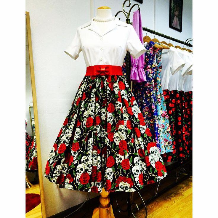 """""""Платье в стиле 50-х «Пенни», бело-черное с черепами  Настоящий стиль #рокабилли от #alaretro  Ткань юбки 100% американский хлопок """""""
