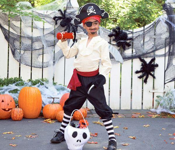 Костюм пирата своими руками. Для начала, стоит напомнить, из каких деталей состоит пиратский костюм: рубашка с объемными рукавами или тельняшка, штаны...