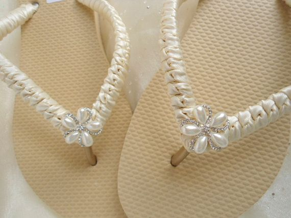 Ivory Bridal Flip Flops - These glamorous Flat nude flip flops are wrapped in ivory satin and embellished with a dazzling rhinestone button in the center (which is approx. 1 wide) ** Please keep in mind that colors may vary due to monitor resolution and settings** If you wish to order these in another color or have any question, just please convo me. *** Please allow another 3-5 business days for domestic shipping AfTeR the processing time frame ***  MORE DESIGNS: Would you like to see more…