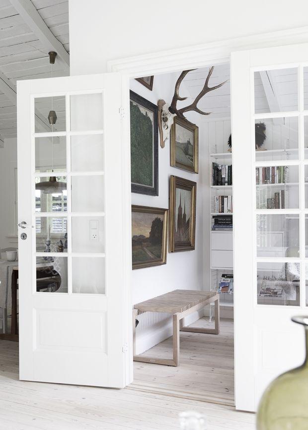 Indret sommerhuset lyst med loppefund og antikviteter