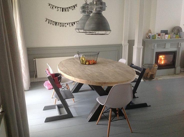 Industriële tafel ovaal met een 6 cm dik steigerplanken blad en een stalen X onderstel