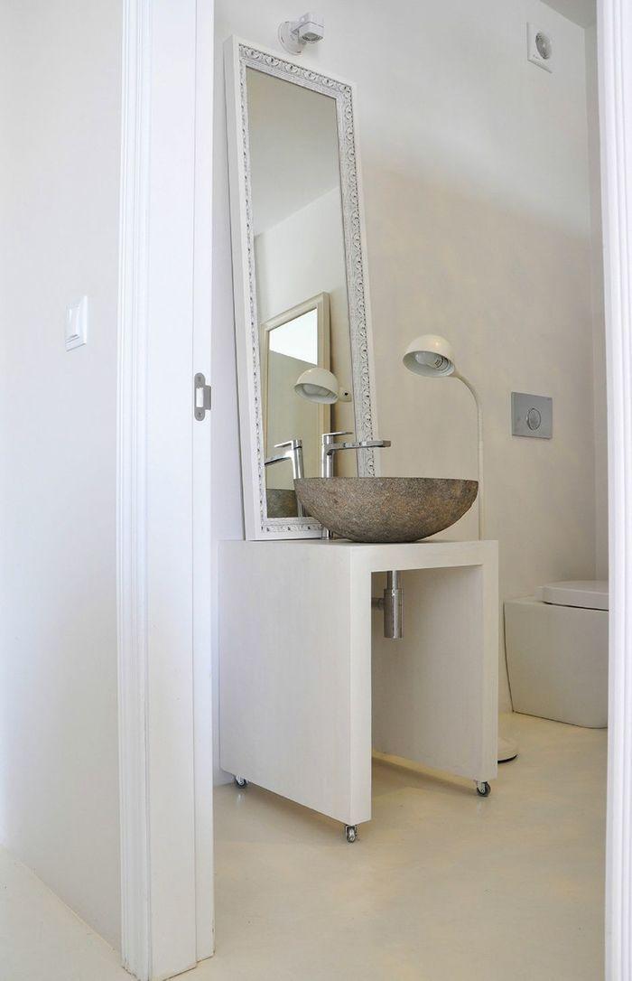 Светлые ванные комнаты в ахроматических тонах могут быть совсем не скучными.