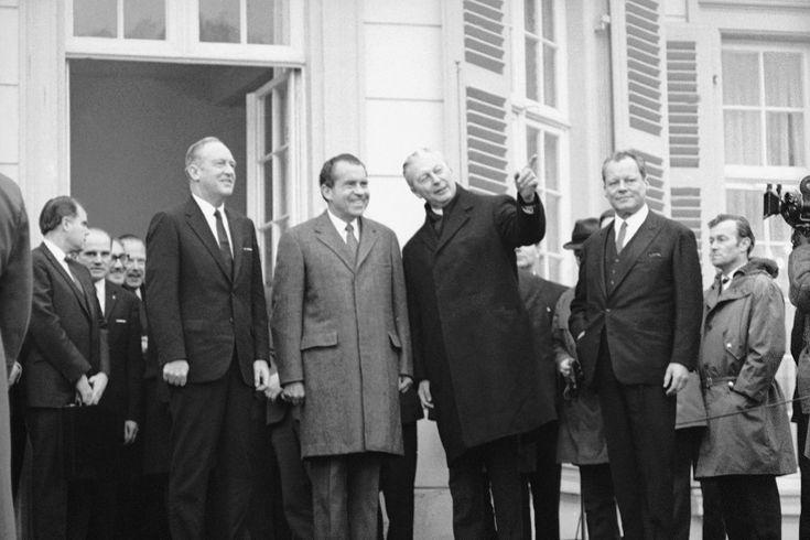 Bundeskanzler Kurt Georg Kiesinger (CDU, 3. von rechts) und sein Außenminister Willy Brandt (SPD, ganz rechts) treffen den US-Präsidenten Richard Nixon und seinen Außenminister William P. Rogers 1969 in Bonn.