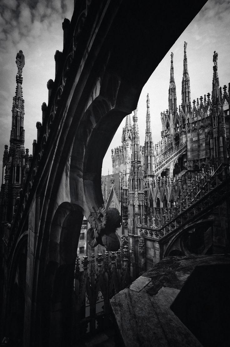 Gotic in Milano   # Pin++ for Pinterest #. El alemán Wilhelm Worringer ubica en el estilo gotico una forma en que la humanidad manifestaba su necesidad de elevar el alma. Comunica espiritualidad y acercamiento con los dioses, por tanto grandeza.