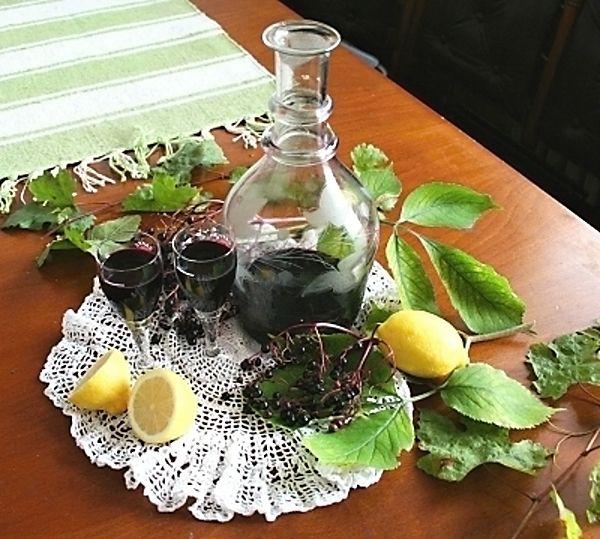 Chutný domácí likér z bezinek, cukru, rumu a koření s léčivými účinky.