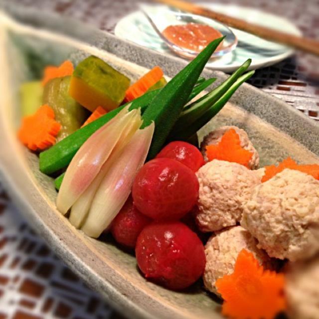 生姜たっぷり鶏団子、ミョウガ、なす、かぼちゃ、オクラ、プチトマト、人参の冷やし鉢 キンキンに冷やしてしまいましたが…今日はそれほど暑くなかったですね(ー ー;) - 156件のもぐもぐ - 夏野菜と鶏団子の冷やし鉢 by AIMABLE