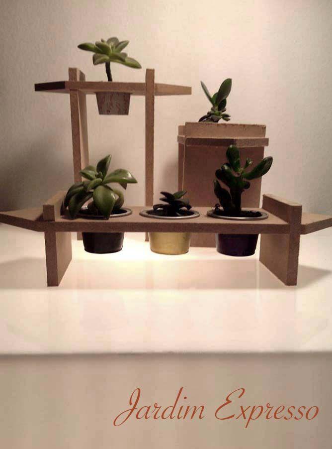 Jardim Expresso Suporte feito com madeira de descarte e de encaixe sem uso de…