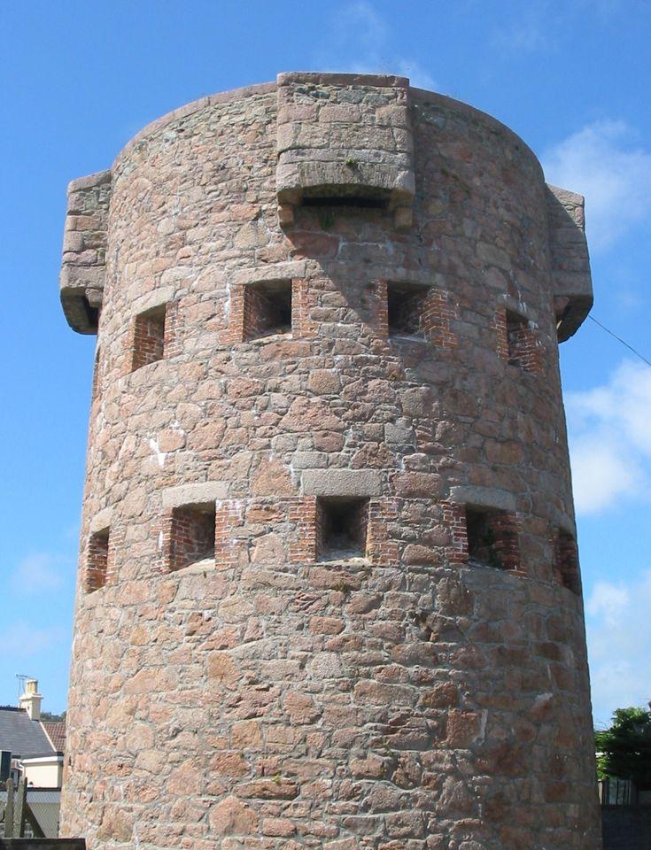 Antiga torre redonda de pedras localizada na ilha de Jersey, Ilhas do Canal, Grã Bretanha.  Fotografia: Man vyi.