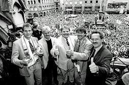 Erfolgreiche Zeiten: Ganz München lag den Löwen zu Füßen, als Werner Lorant als Löwentrainer den Aufstieg schaffte. Das Foto entstand im Mai 1994 auf dem Münchner Marienplatz. Mit von der Partie: Towart Rainer Berg, Präsident Wildmoser, Stürmer Peter Pacult und Münchens OB Christian Ude