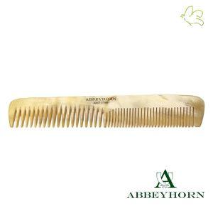 Abbeyhorn - Peigne en corne à double denture (16 cm) Ce peigne en corne permet le démêlage (denture large) et le lissage (denture fine) pour des cheveux brillants et soyeux. Fondée en 1749, Abbeyhorn fabrique des objets en corne de grande qualité depuis plus de 250 ans, associant savoir-faire artisanal, valeurs traditionnelles et haute technicité.  Disponible dans l'e-shop www.officina-paris.fr #cheveux #peigne #corne #abbeyhorn #unique #soin #chevelure #faitmain #british #horncomb #naturel