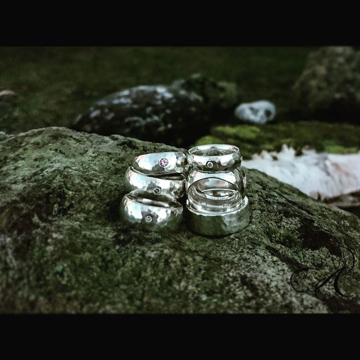 IVALDE, rustika silverringar med och utan safir & diamant.  Design och arbete av konstnär och silverdesigner Kenneth Lindström, Alv Design. Välkommen att se mer i Alv Designs webbutik www.alvdesign.se