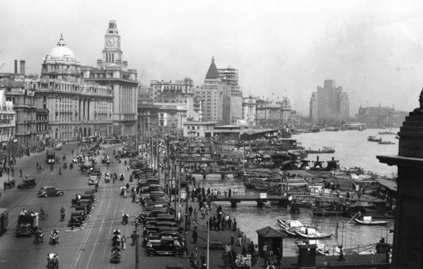 Shanghai, 1930s, the promenade. Amazing how modern it was back then.