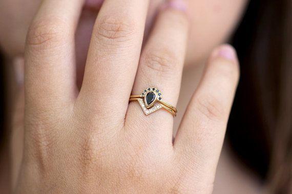 Ensemble de mariée mariage: poire diamant noir bague de fiançailles avec pavé de diamants demi halo «Couronne» et correspondant à un «V» bague en diamant.  Matériaux: 18k or massif, taille 0,25 carat poire diamant noir, sept diamants noirs de 1 mm, sept diamants 1 mm blanc White diamonds paramètres: excellente coupe, VS plus de clarté, couleur E-G, conflict gratuit La largeur des bandes: 1,3 mm  Vous pouvez acheter ces bagues séparément ici: https://www.etsy.com/listing/461645324…