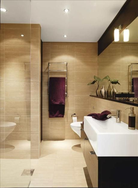 Badrummet är genom-tänkt som på ett design-hotell. Handfatet som står på ett ekskåp, är extra brett....