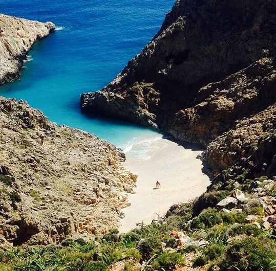 På Akrotiri halvøen ligger lufthavnen, man lander i når man skal til Chania eller Rethymnon. Men der findes så meget mere på denne halvø, specielt fine strande. At køre rundt og opdage sine egne favoritstrande er en perfekt dagsudflugt. Du kan læse mere her: www.apollorejser.dk/rejser/europa/graekenland/kreta