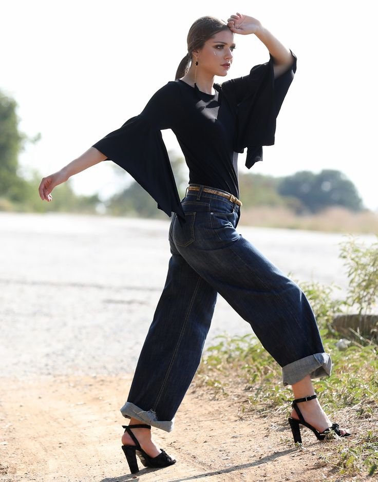 e-xclusive:Get your evening 70s look down with our wide leg jeans and flare sleeve top Get your evening 70s look down with our wide leg jeans and flare sleeve top