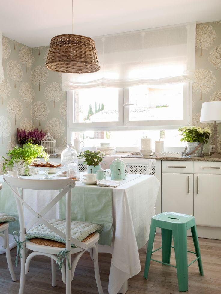 00412636 O. Cocina con office en blanco, lámpara de fibra, taburete industrial verde y papel pintado verdoso 00412636 O