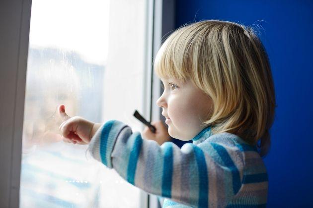 Иммунитет во многом зависит от того, сколько времени ребенок проводит на свежем воздухе. К сожалению, зима не всегда располагает к длительным прогулкам с малышами. Замечательным выходом в такой ситуации являются прогулки на балконе. Многие мамы почему-то испытывают прямо таки угрызения совести при одной мысли о такой прогулке, а я разделяю мнение о том, что лучше погулять на балконе, чем не гулять вовсе. #игры_с_детьми #занятия_с_детьми #детский_планнер