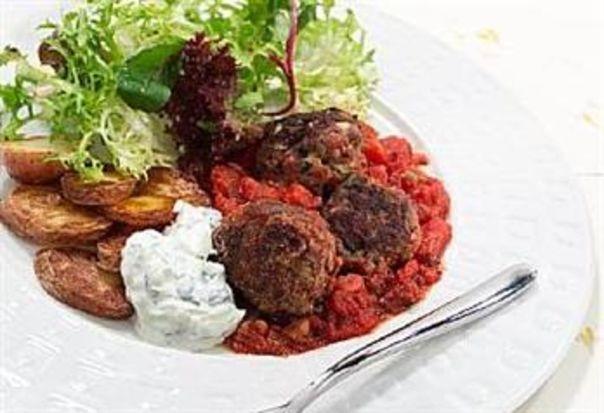 Greske kjøttboller i tomatsaus med potetskiver og tzatziki