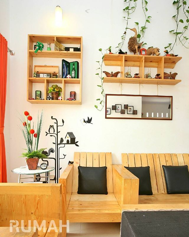 Kalau mau furnitur yang ringan dan tampilannya cantik, kamu bisa pilih yang terbuat dari jati belanda. Kayu ini juga dikenal sebagai kayu bekas peti kemas dan harganya relatif lebih murah dari jenis kayu lainnya. Bagaimana menurutmu? . #tabloidrumah #furniture #livingroom #interior #desainrumah #instahome #home #homedecor #homeinspiration
