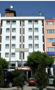 #Bolu #BoluHotels #AbantHotels - #BoluCenter - Ortaklar Hotel - http://www.boluhotels.com/ortaklar-hotel - Hotel Information: 								Address: Izzet Baysal Cad. No:eighty five, 14800 Bolu, Bolu Center 								Just one hundred metres from Orta Hammam and Sarachane Museum, Ortaklar Hotel presents rooms with orthopaedic beds and free Wi-Fi. It encompasses a restaurant and a rooftop terrace bar with...