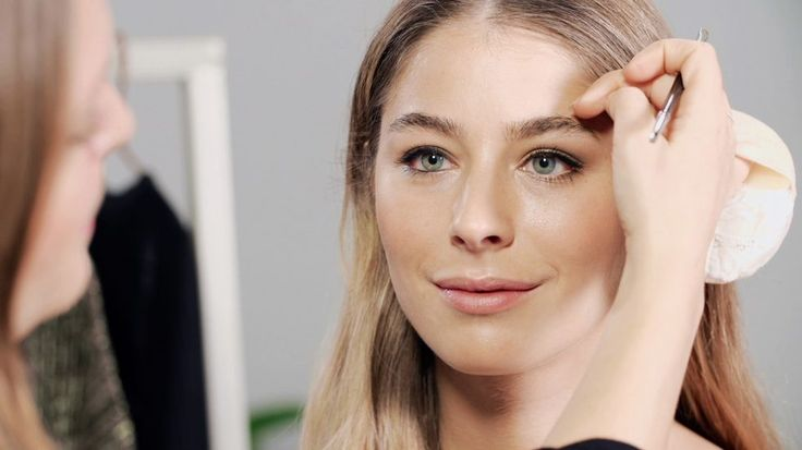 Kjendisstylist AG Starheim legger en Gigi Hadid inspirert makeup og demonstrerer effekten av ulik øyesminke.