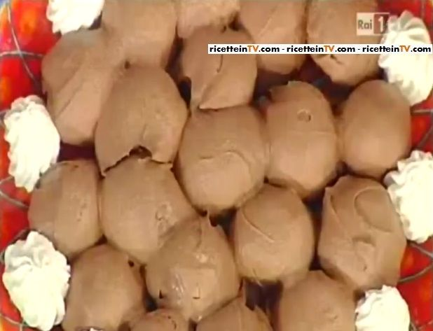 """La ricetta dei profiteroles al cioccolato di Sal De Riso, il """"Re delle torte"""" della Prova del cuoco. Ingredienti e procedimento."""