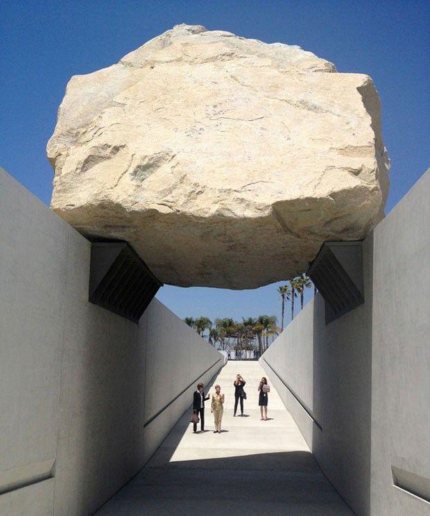 artista norte-americano Michael Heizer finalizou uma de suas gigantescas esculturas, a Levitated Mass, feita de rocha megalítica.