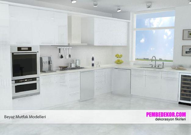 Bakıldığında bile iç açan yukarıdaki beyaz mutfak modeli, siyah aksesuarlarla harika görünüyor. Yerdeki taşların beyaz renkte olması, dolapların ve üzerindeki kulpların beyaz renkte ol