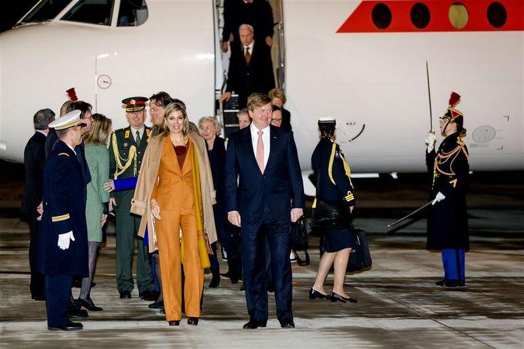 PARIJS - Koning Willem-Alexander en koningin Máxima beginnen donderdagochtend in Parijs aan hun tweedaagse staatsbezoek aan Frankrijk. Het bezoek begint met een welkomstceremonie bij de Arc de Triomphe, waar Willem-Alexander een bloemstuk legt bij het graf van de onbekende soldaat (die tijdens de Eerste Wereldoorlog is omgekomen). (Lees verder…)