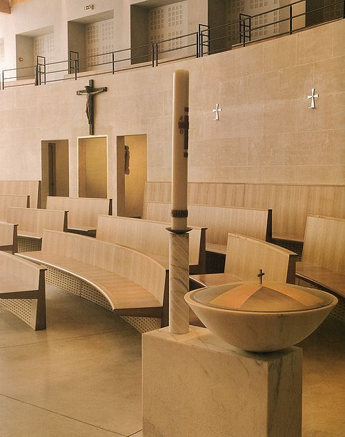 천주교 파리교구의 의뢰로 파리의 몰리토가에 2005년 3월 세워졌다. 건축가는 Corinne Callie와 Jean-Marie Duthilleul이다. 1942년에 세워졌던 이전 교회건물을 없애고 450여 좌석 규모로 거의 새로 지어졌다. 보는 바와같이 외부 정원과 내부의 전례공간을 연결하는 반투명의 유리벽이 세워져있다.
